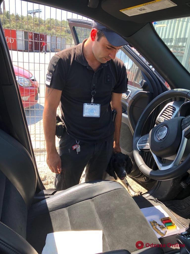 Одесские пограничники обнаружили боеприпасы в автомобиле из Америки (видео)