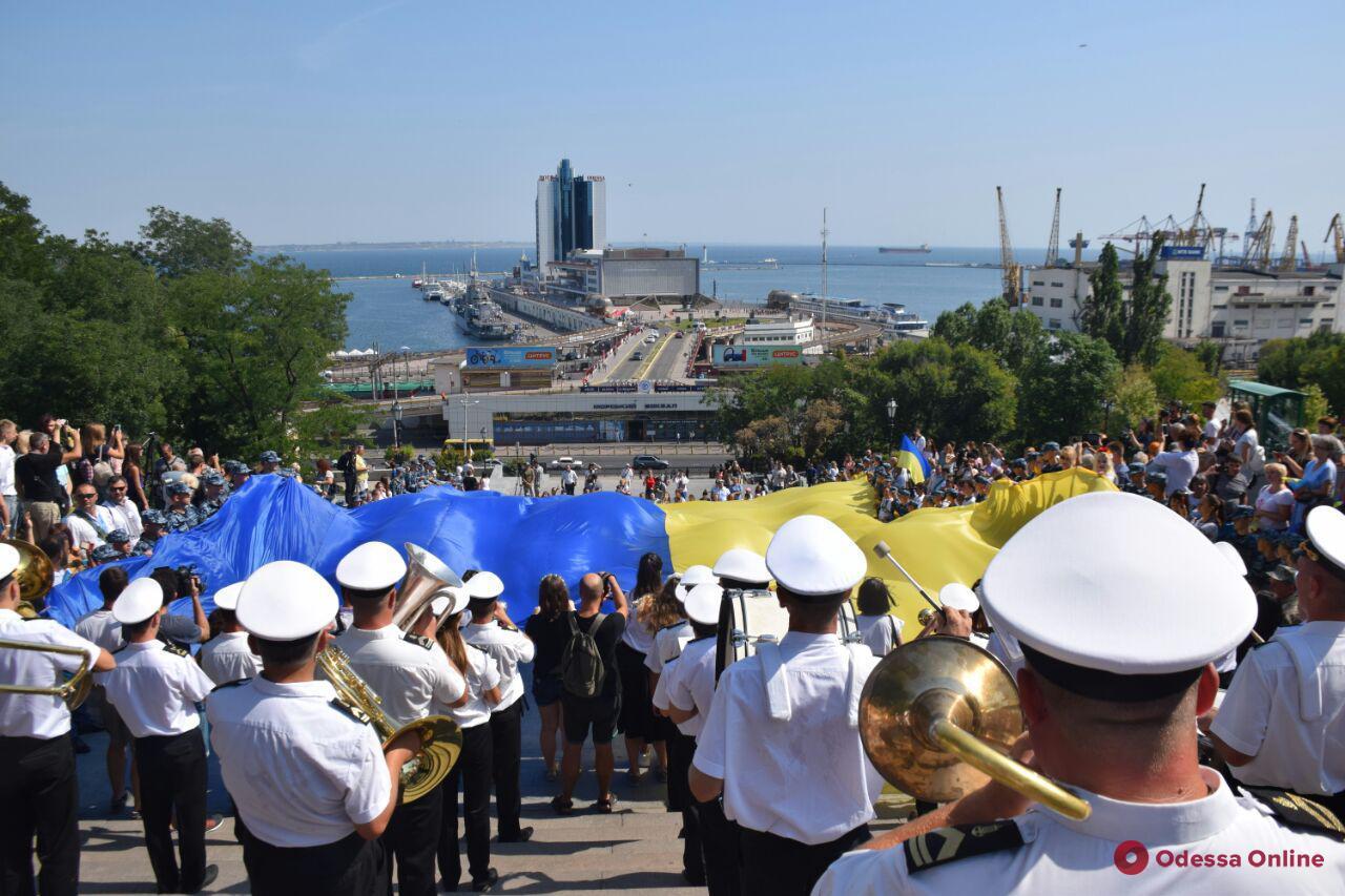 На Потемкинской лестнице развернули 28-метровый флаг Украины (фото, видео)