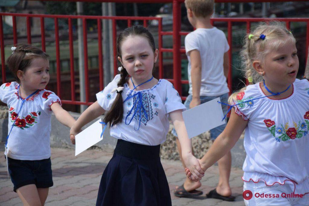 Одесситы выстроились в «вышиванковый ланцюг» (фото)