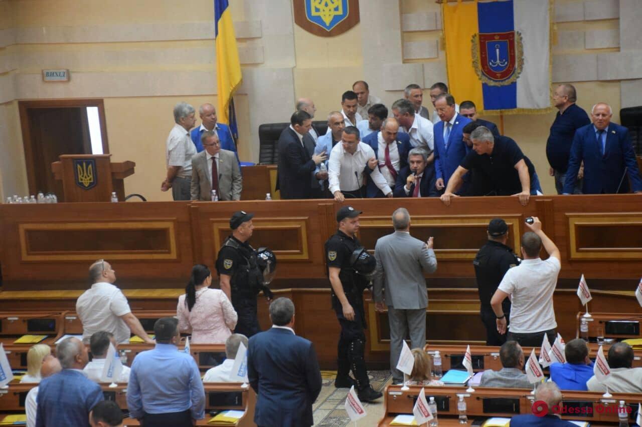 Сессия Одесского облсовета началась с потасовки (видео)