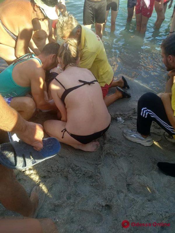 На одесском пляже спасали парня