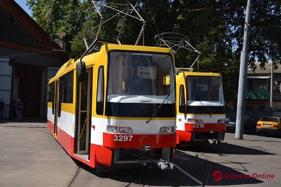 В центре Одессы легковушка въехала в трамвай