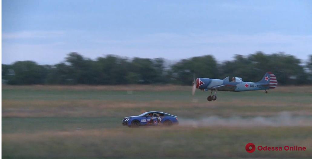 Под Одессой в скорости соревновались Bentley и ЯК-50 (видео)