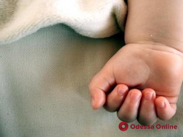 Замотала в пакет и спрятала под диваном: жительницу Одесской области судили за убийство младенца