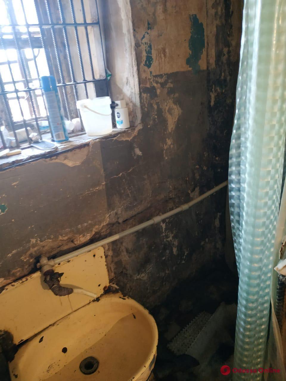 Разбитые полы, грязь и грибок на стенах: в Одесской области проверили СИЗО и колонии (фото)