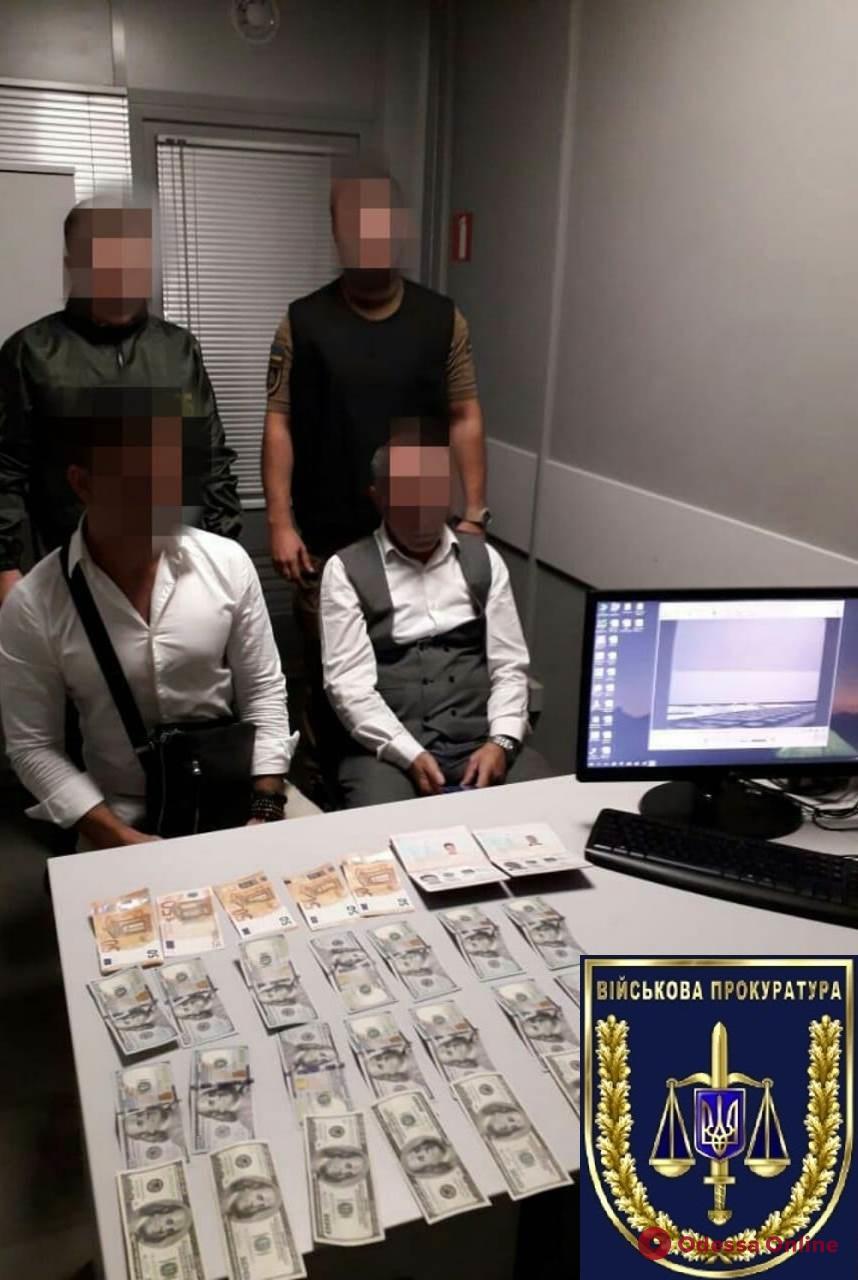В Одесском аэропорту двое турков пытались подкупить пограничника