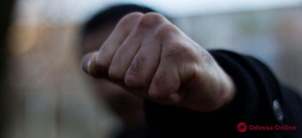 Завели в переулок: двое парней избили и ограбили одессита