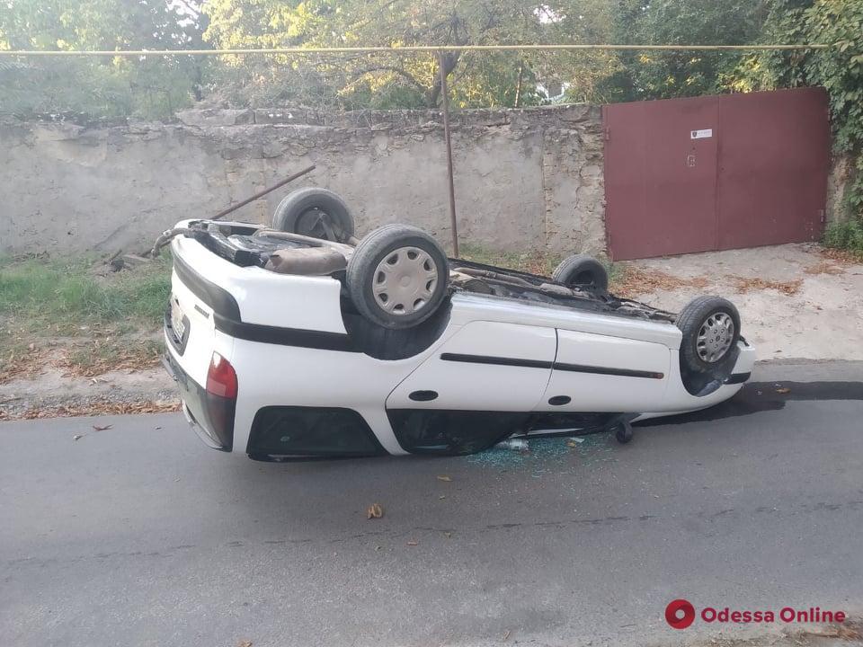 В Одессе легковушка перевернулась и повредила газовую трубу