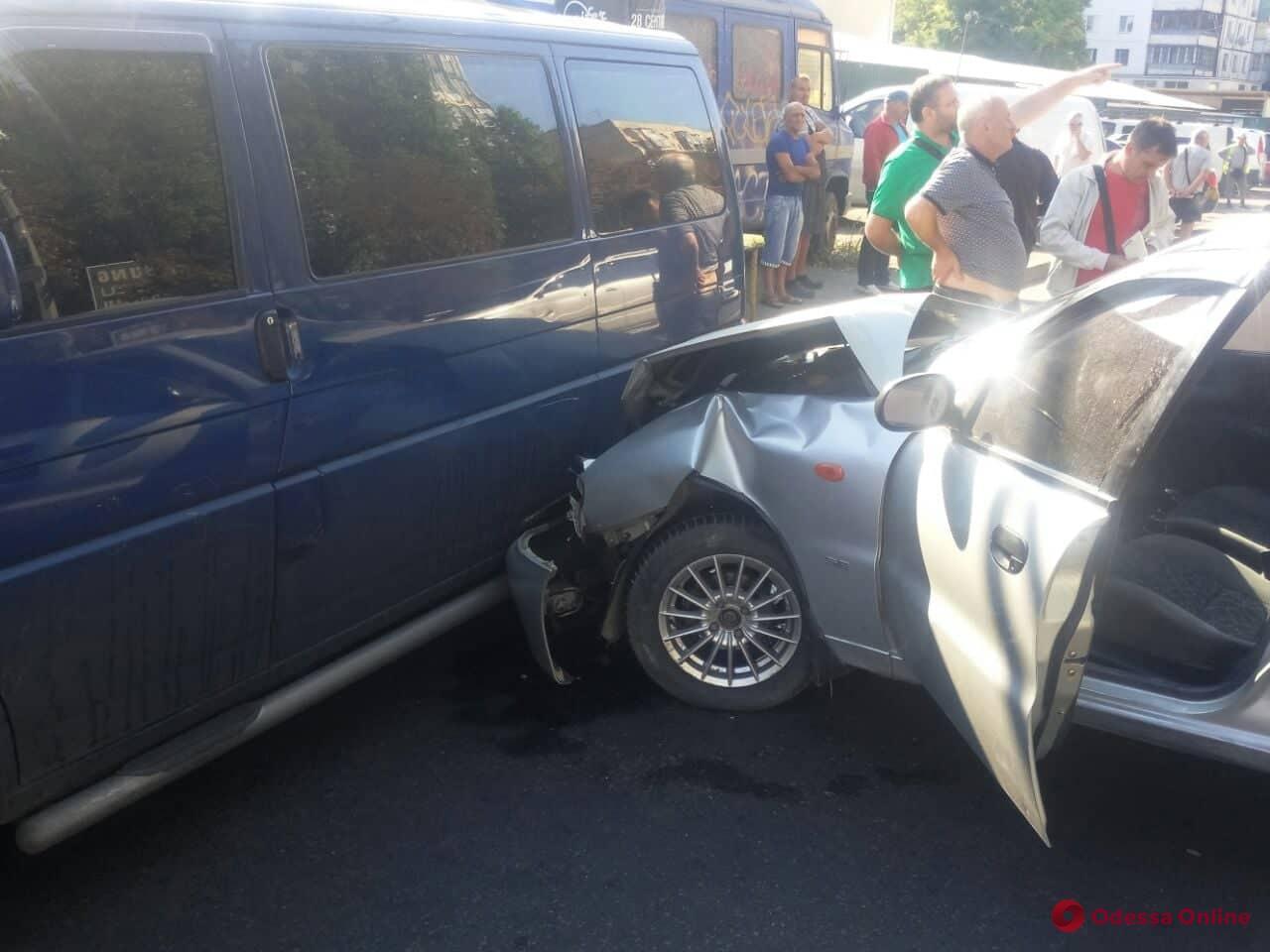 На Таирова столкнулись два авто и влетели в припаркованные Volkswagen и Lexus