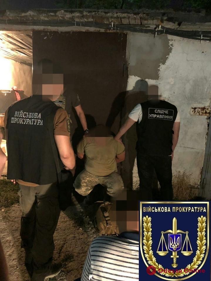 Одесская область: военнослужащий рассчитался за покупку оружия наркотиками