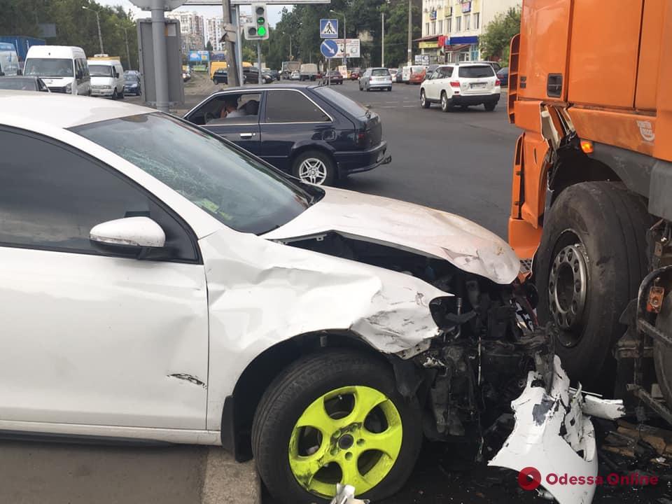 На скорости сбила мотоцикл: появилось видео ДТП на Балковской