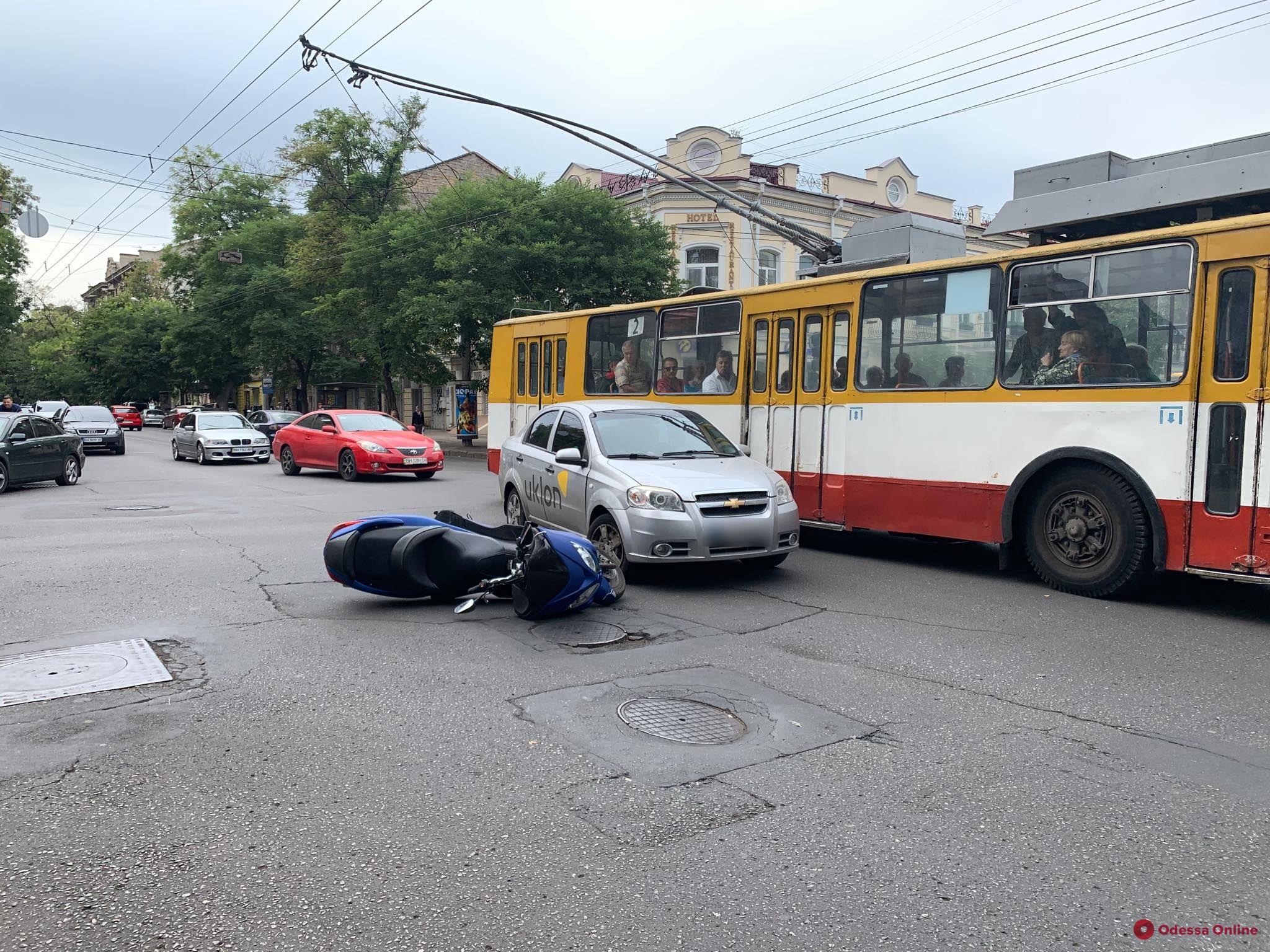В центре Одессы столкнулись мопед и такси