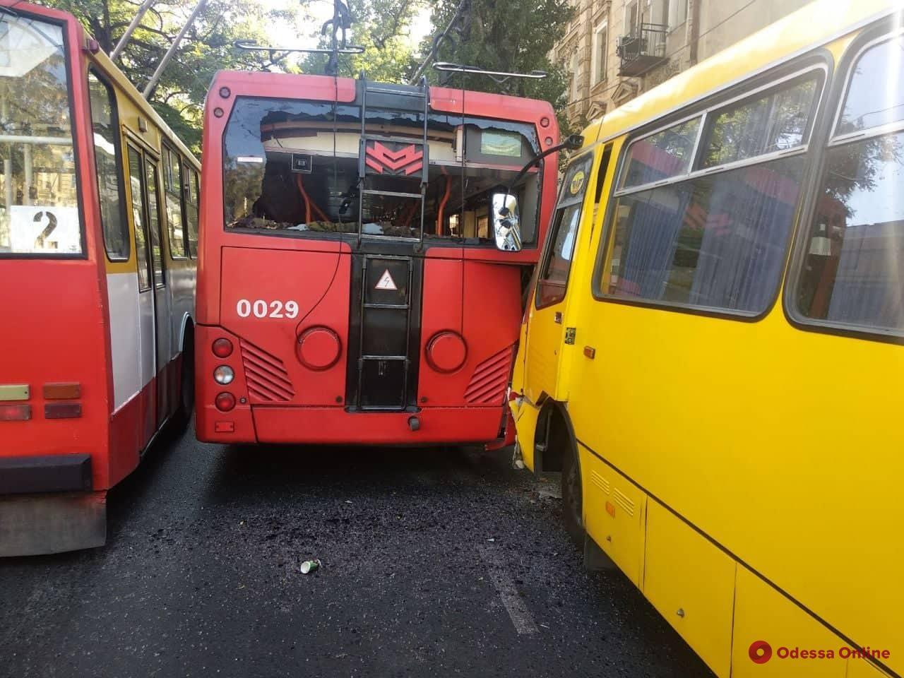 При столкновении маршрутки и троллейбуса в Одессе пострадали семь человек