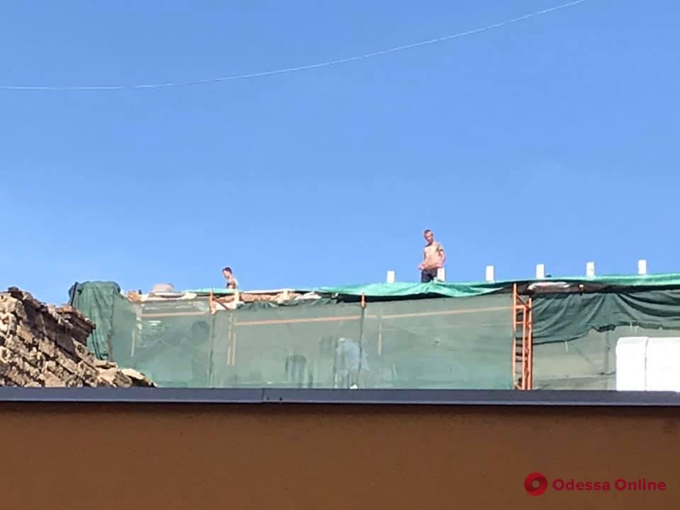 Продолжается надстройка на доме-памятнике архитектуры возле Дюка