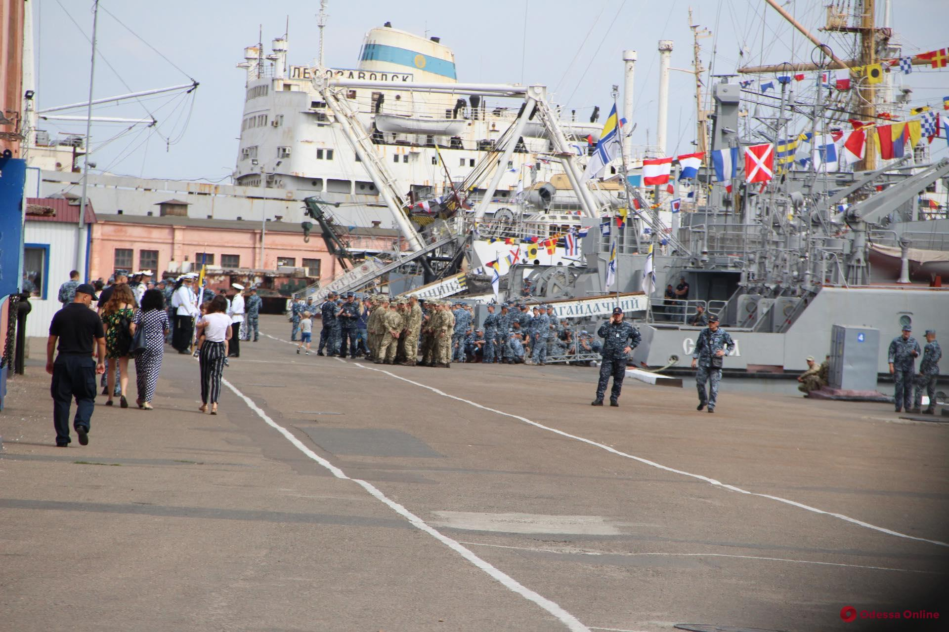 В Одессе встречают освобожденных из плена моряков (видео, обновлено)