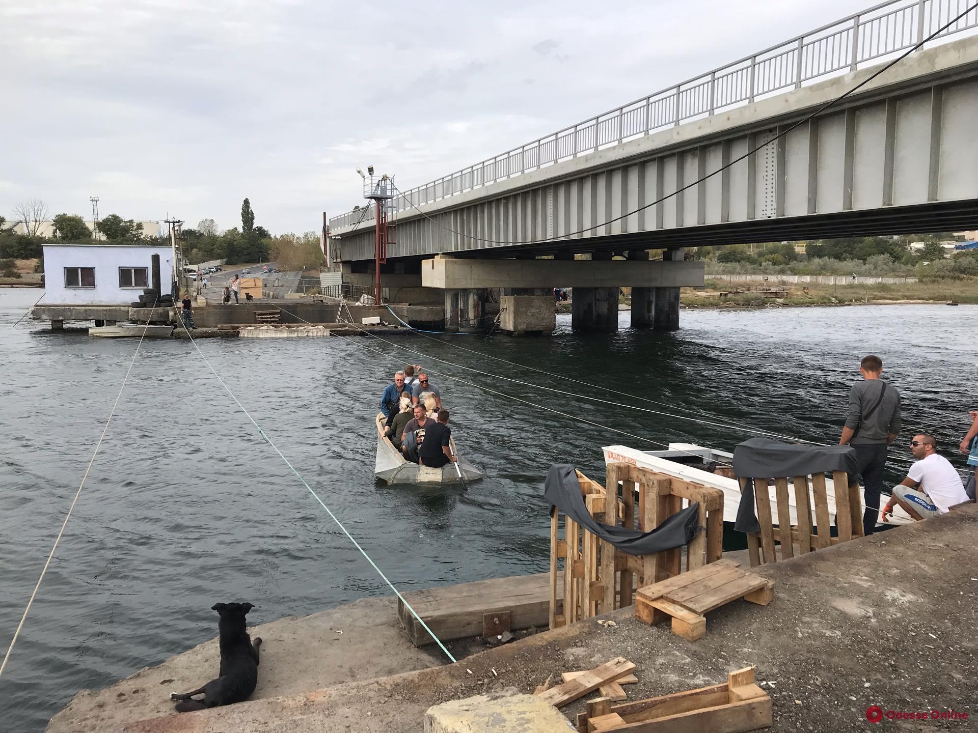 Находчивые «предприниматели» организовали лодочную переправу через Сухой лиман