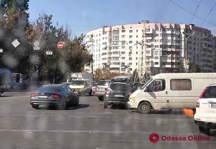 В Одессе столкнулись внедорожник и микроавтобус