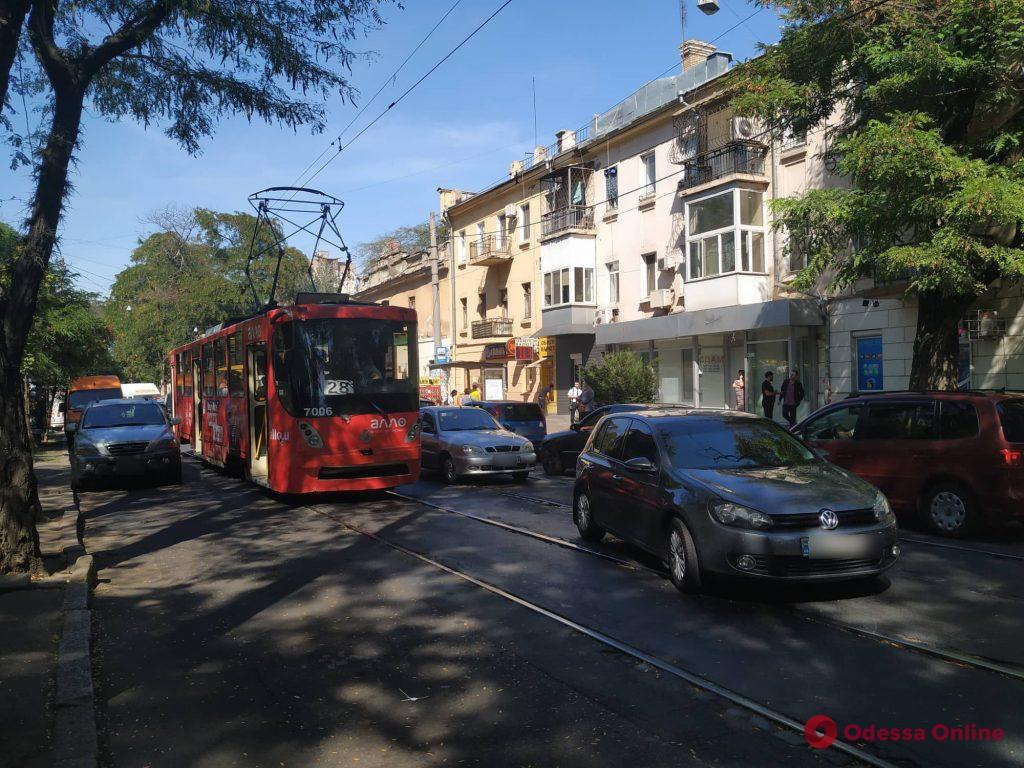 В центре Одессы трамвай «догнал» микроавтобус