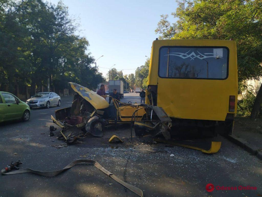 На Молдаванке после столкновения с маршруткой легковушка превратилась в металлолом (фото)