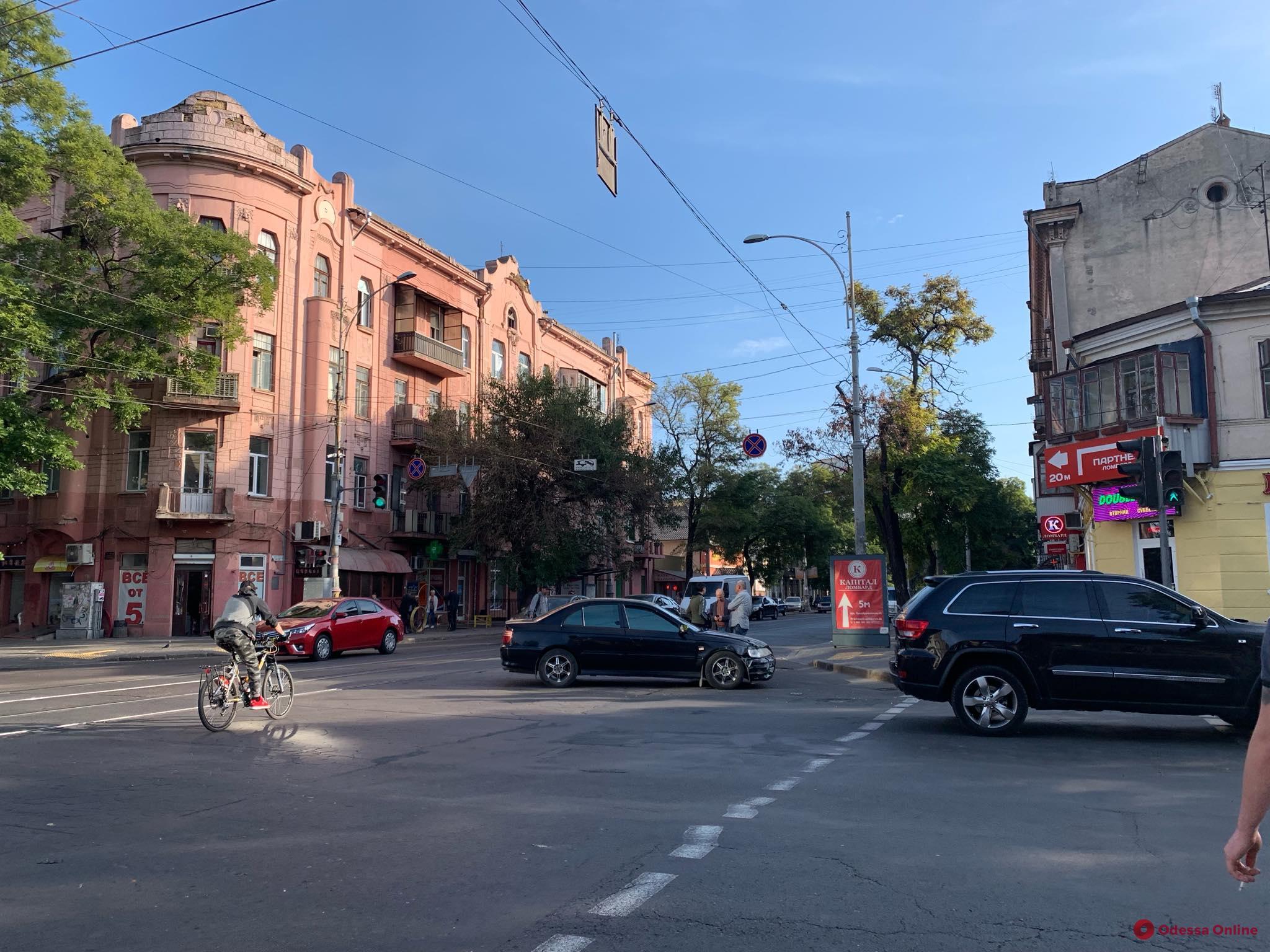 В центре Одессы столкнулись две легковушки