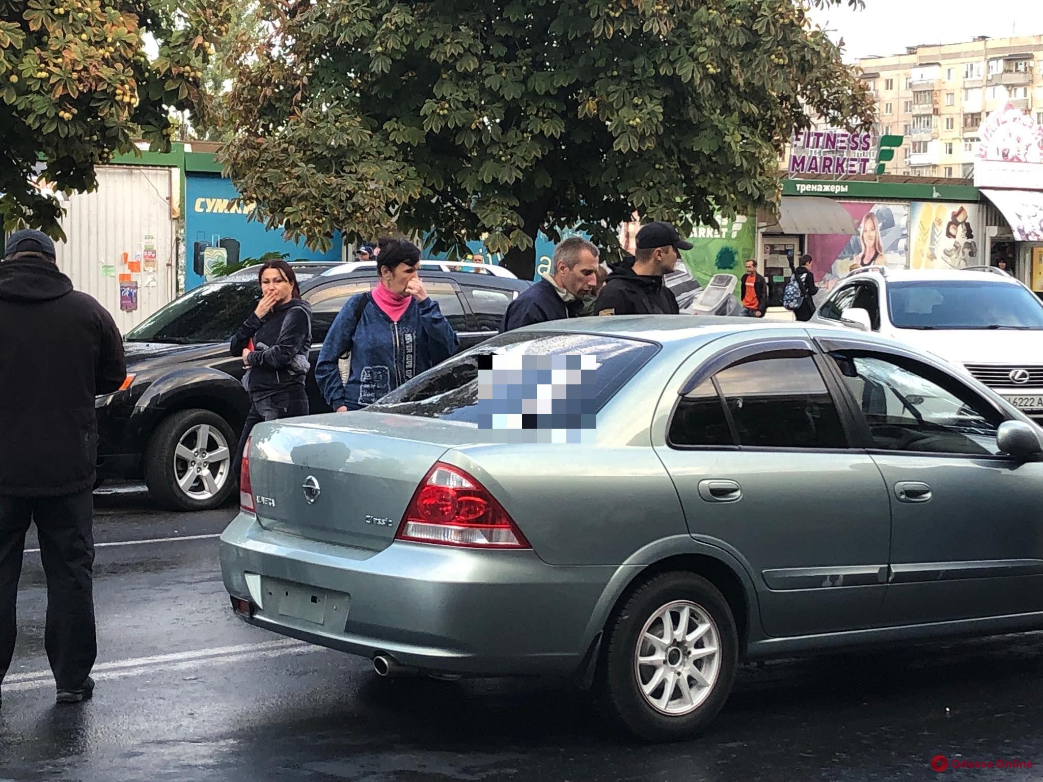 Протянула на капоте: на Таирова автоледи таранила перекрывших дорогу протестующих