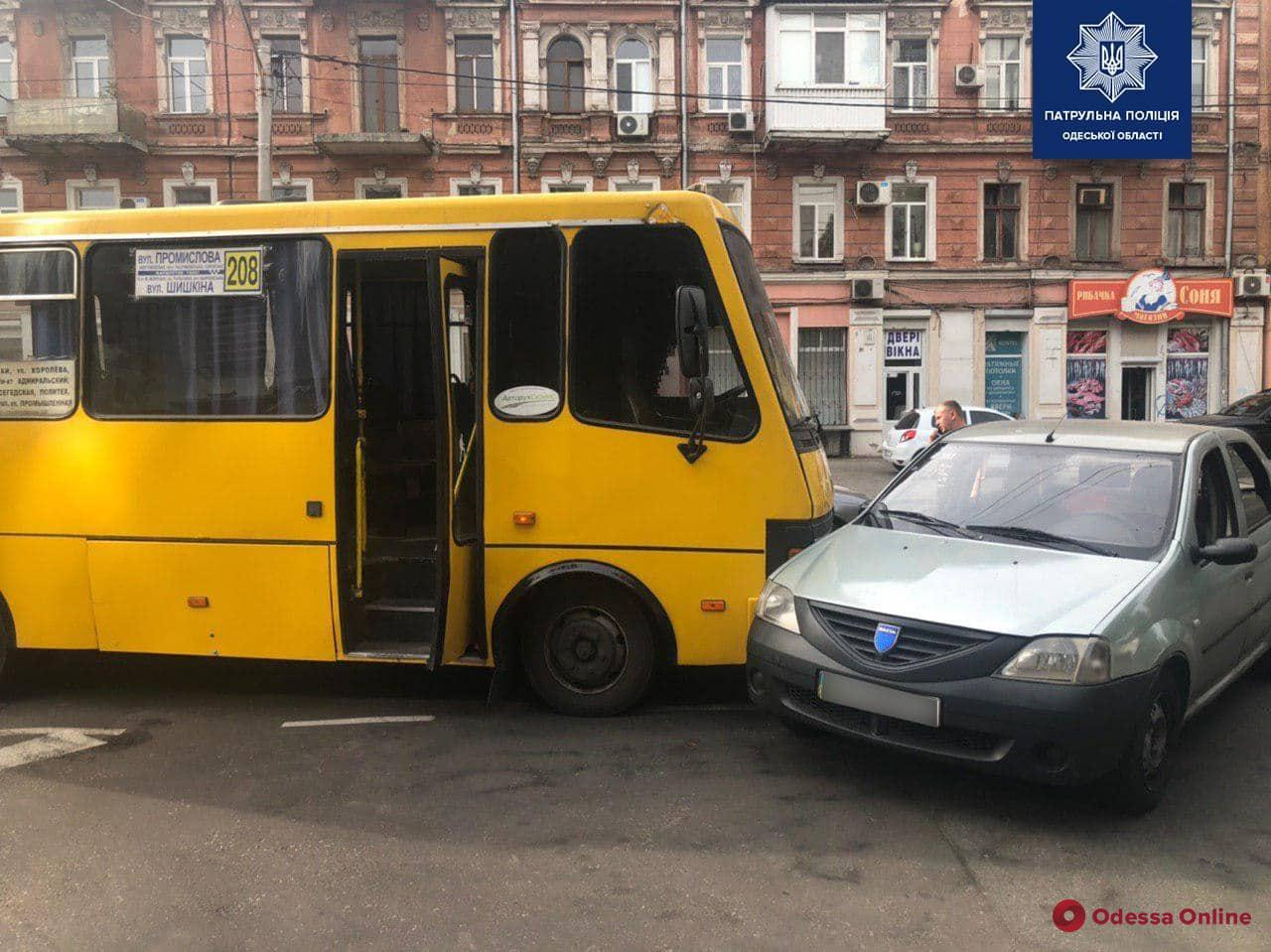 В центре Одессы не разминулись маршрутка и легковушка
