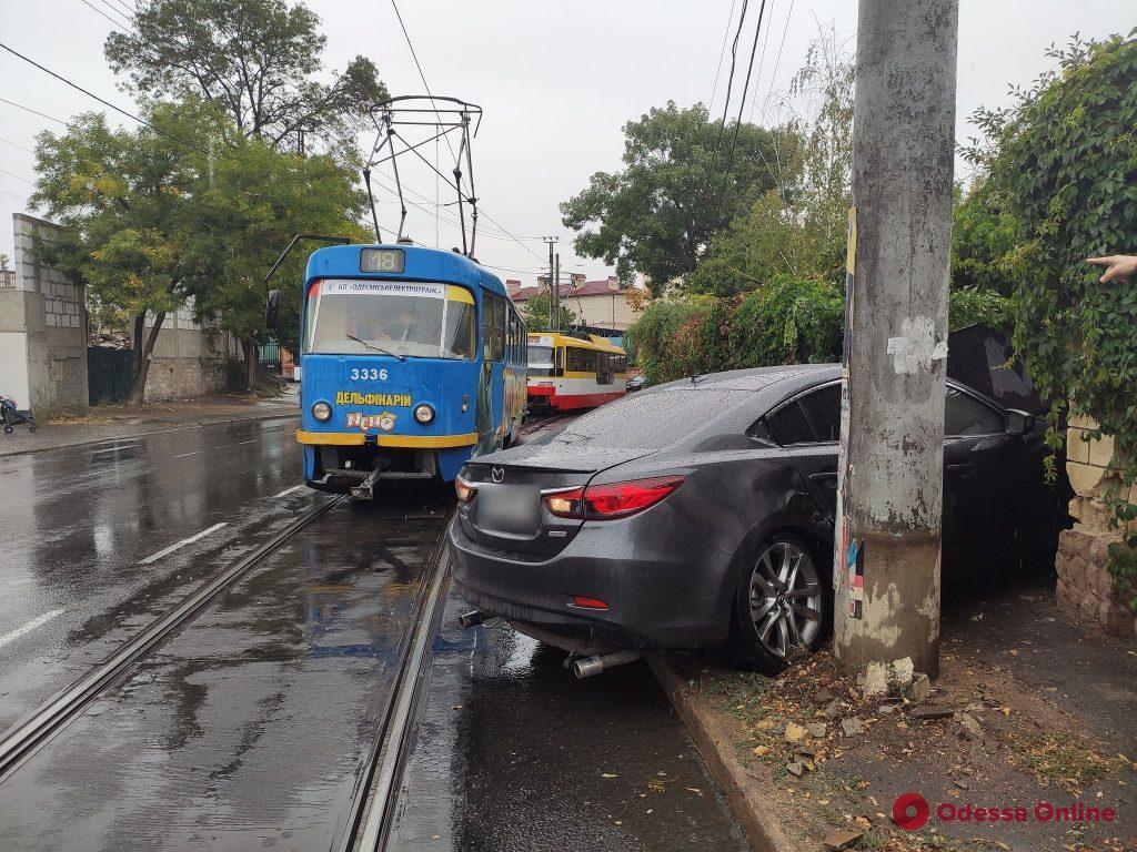 На Фонтане Mazda влетела в ворота частного дома