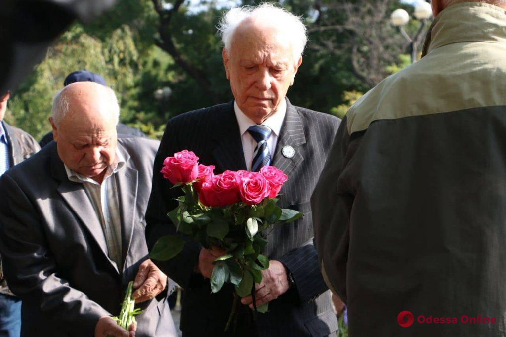 Одесситы принесли цветы к памятнику жертвам Холокоста (фото)