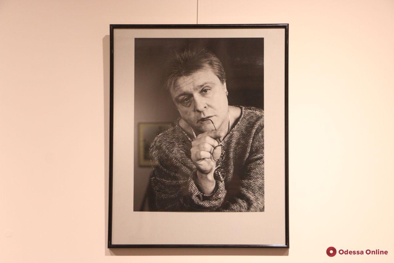 Одесса: в Летнем театре открылась выставка памяти Юрия Кузнецова (фоторепортаж)