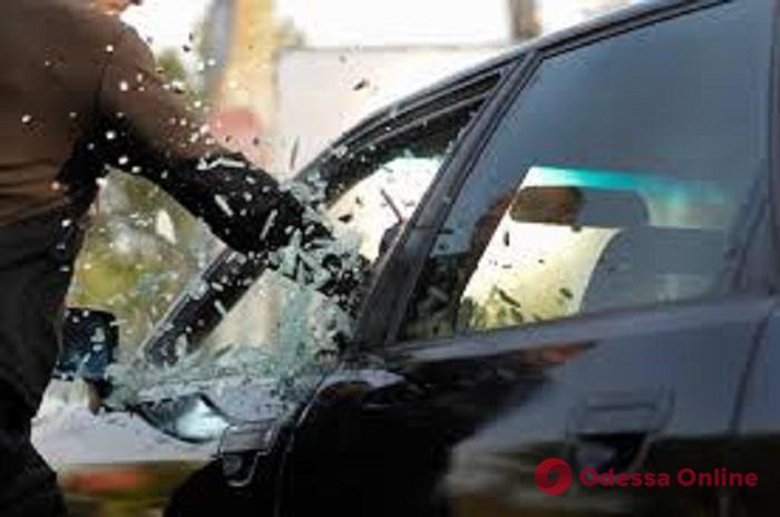 В Одессе горе-вор разбил стекло и пытался «обчистить» автомобиль