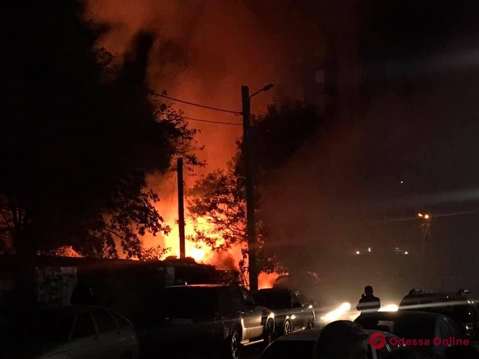 В Бисквитном переулке тушат масштабный пожар (видео)