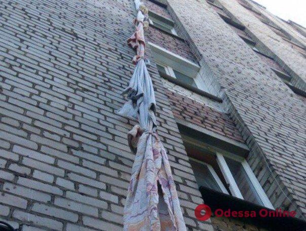 Выпил и закусил: в Одессе горе-домушник пытался сбежать через окно по простыням