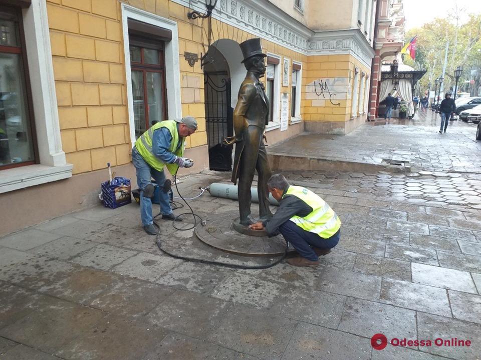 Коммунальщики укрепили памятник Пушкину в Одессе