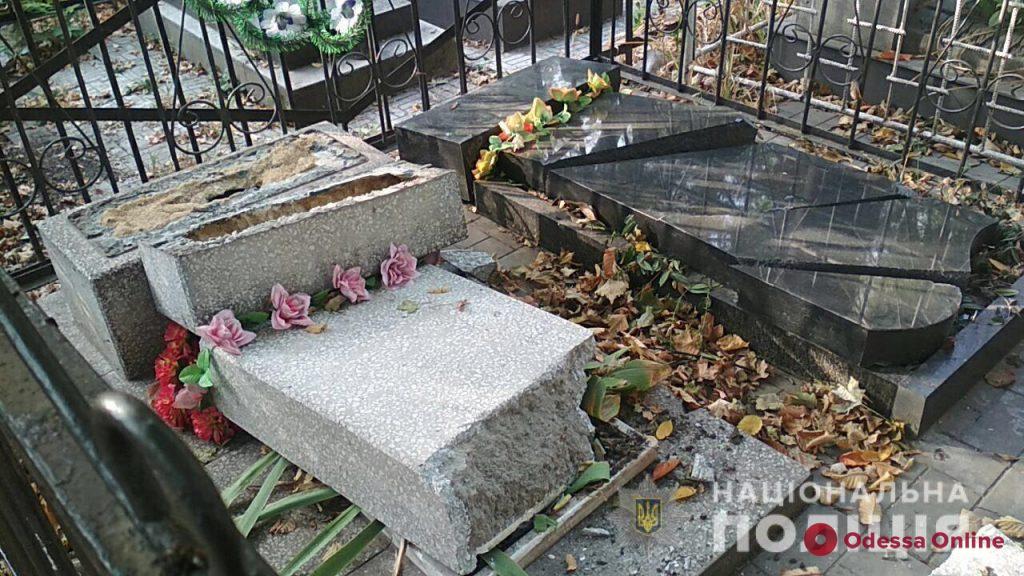 На Втором христианском кладбище вандалы надругались над могилами