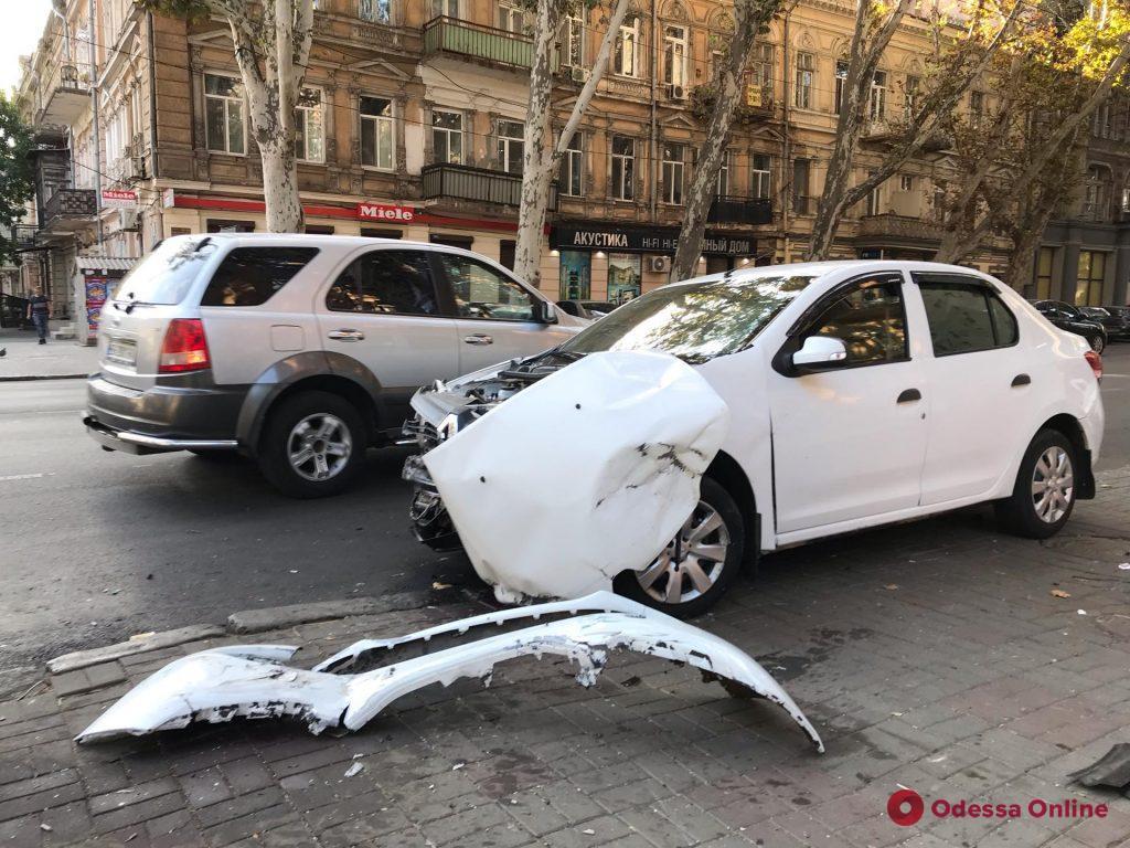 В центре Одессы столкнулись две легковушки — есть пострадавшая (фото)