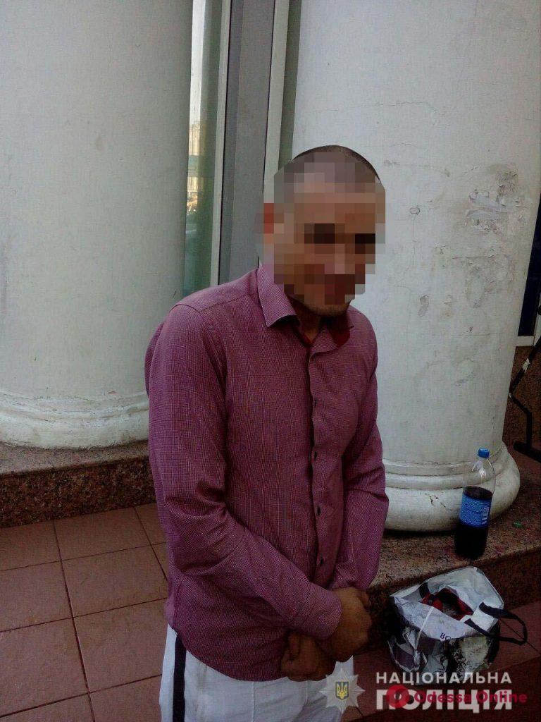 По центру Одессы разгуливал пьяный мужчина с сотней патронов различного калибра