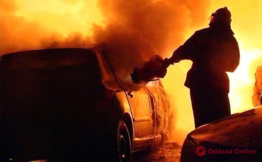 Ночью в Измаиле на станции техобслуживания горели автомобили