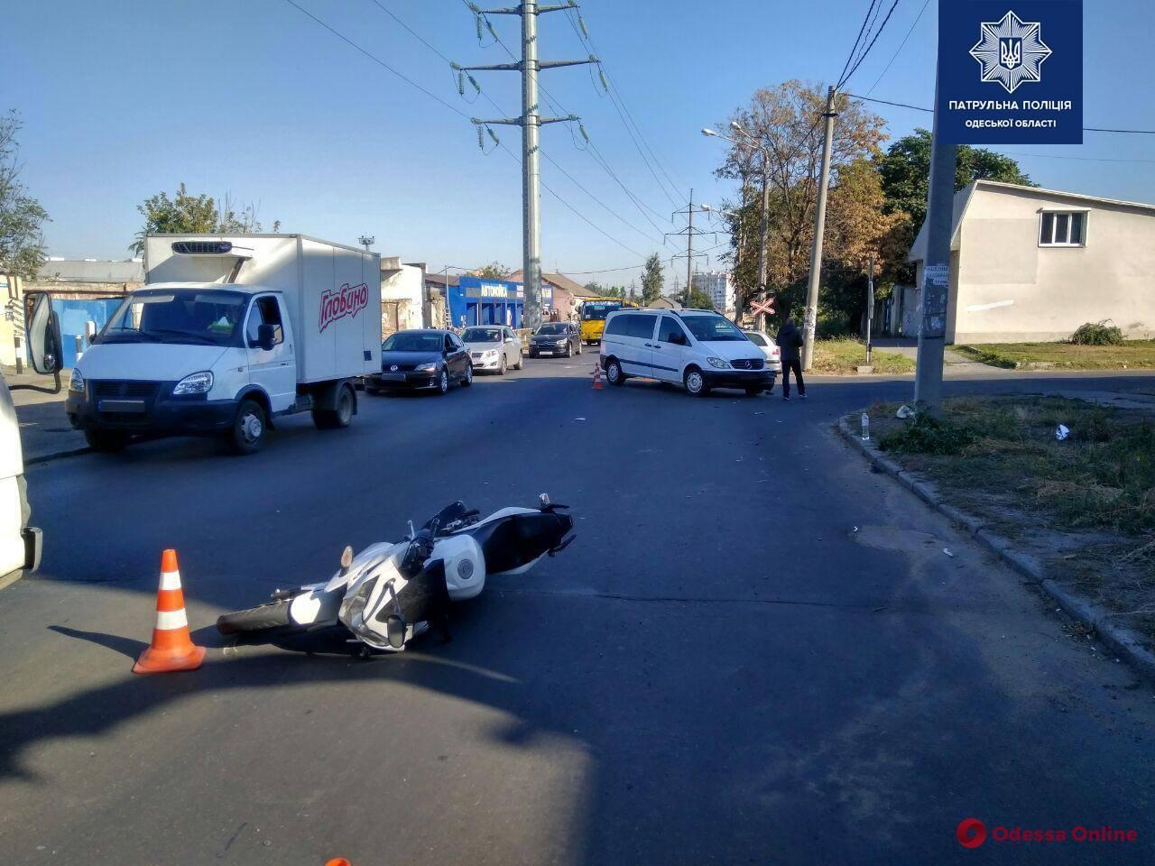 На Бугаевской столкнулись микроавтобус и мотоцикл