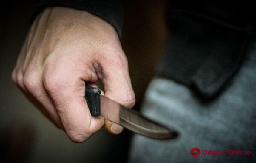 На поселке Котовского разбойник напал на 17-летнюю девушку