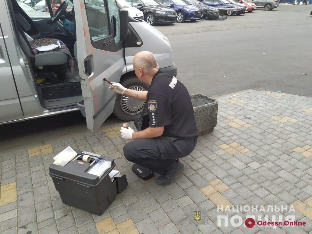 Разбил стекло сверлом: на Таирова иностранец-рецидивист «обчистил» машину одессита