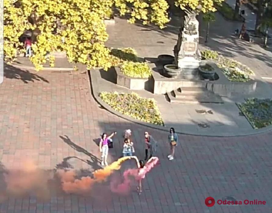 Возле одесской мэрии полуголые девушки устроили фотосет с цветным дымом (видео)