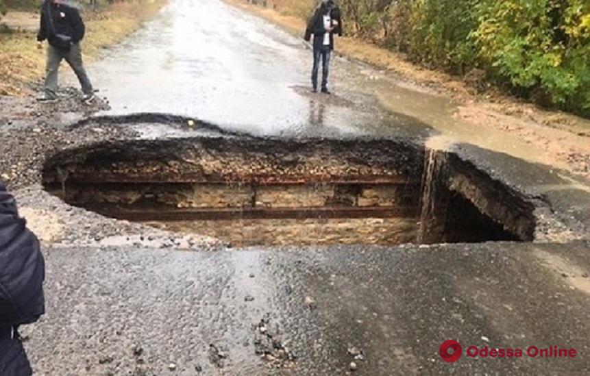 В Одесской области из-за сильного дождя на дороге обрушился асфальт