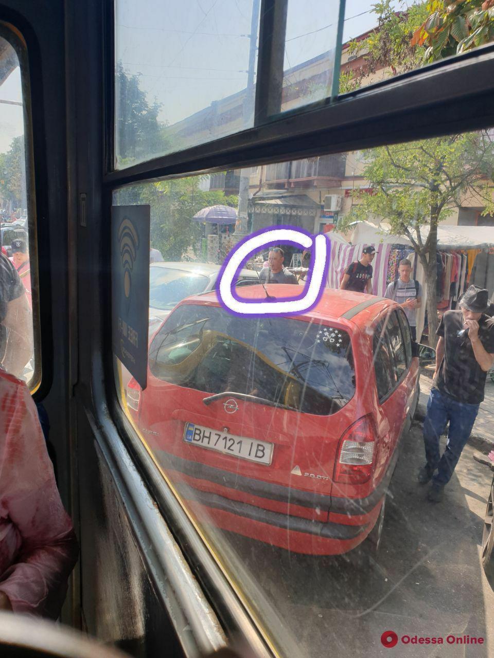 """Возле """"Привоза"""" автохам заблокировал движение трамваев"""
