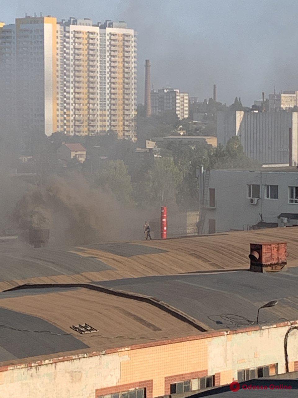 В Одессе горит завод строительно-отделочных машин (видео)