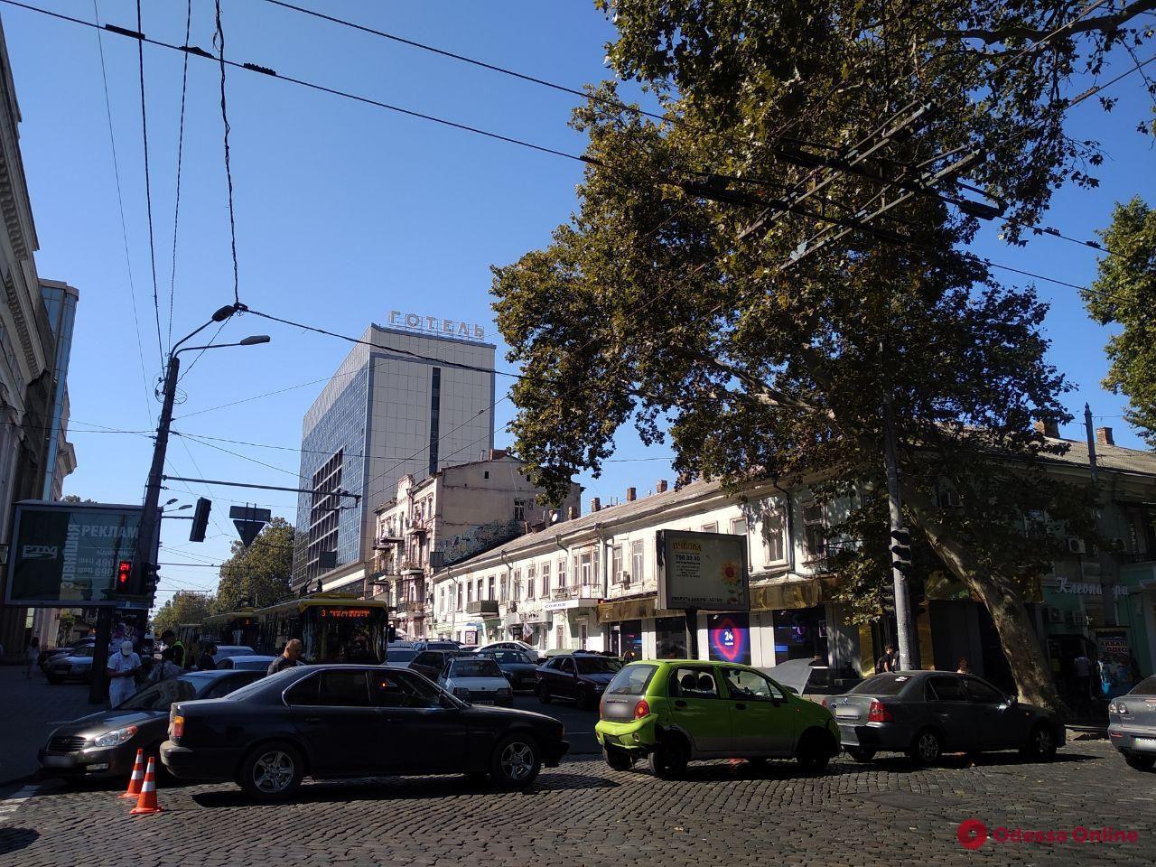 На Пушкинской три легковушки встали «паровозиком» — образовалась пробка