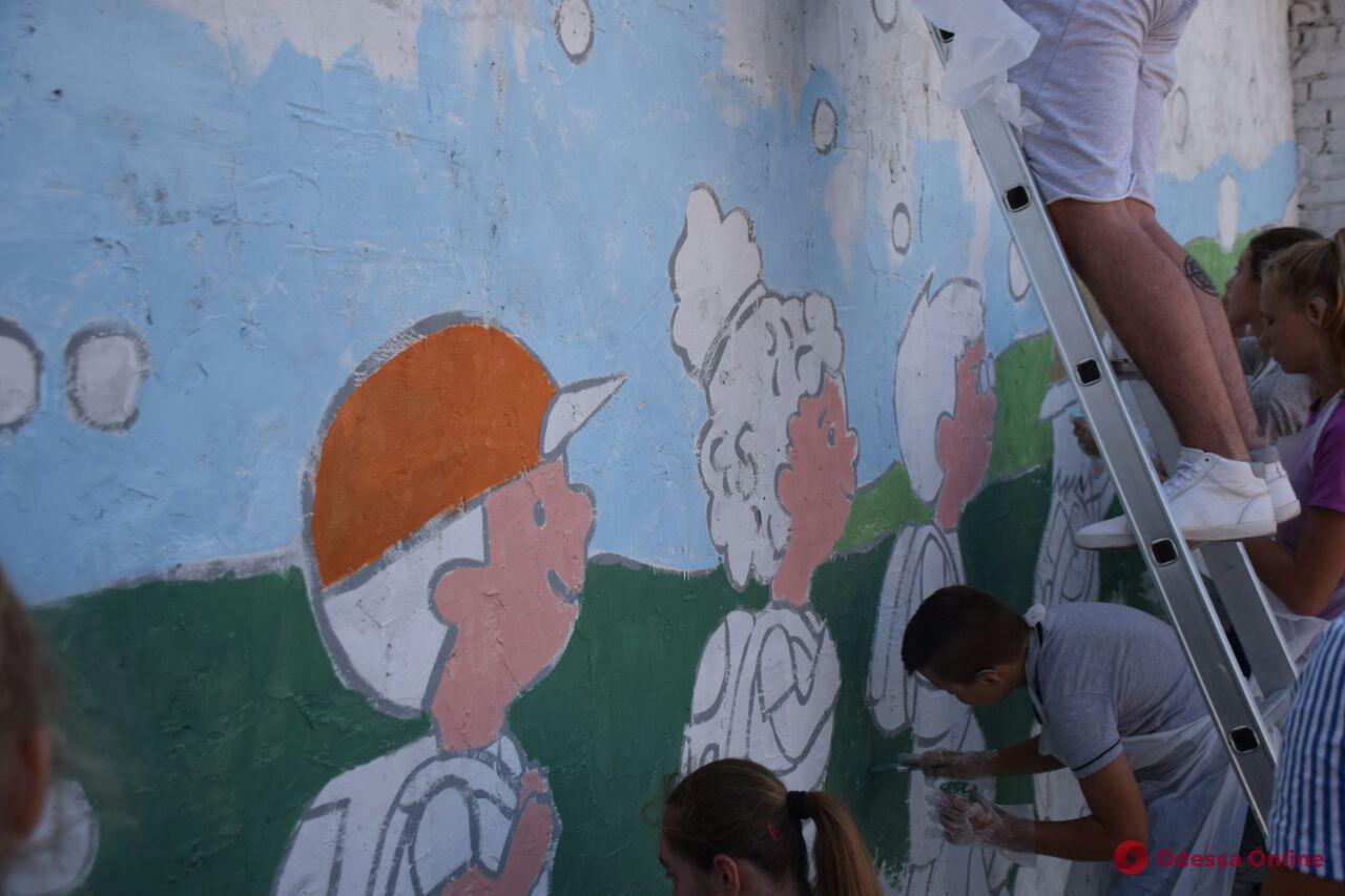 Арт-терапия по-одесски: слабослышащие дети украшали стену школы-интерната новым муралом