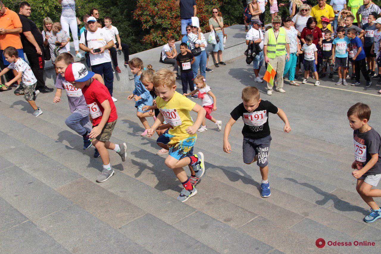 Свыше тысячи одесситов приняли участие в забеге по Потемкинской лестнице (фото)