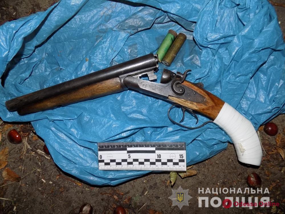 Возле торгового центра в Подольске разгуливал вооруженный мужчина