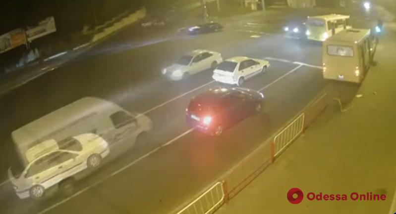 В Одессе маршрутка снесла ограждение и врезалась в светофор (видео)
