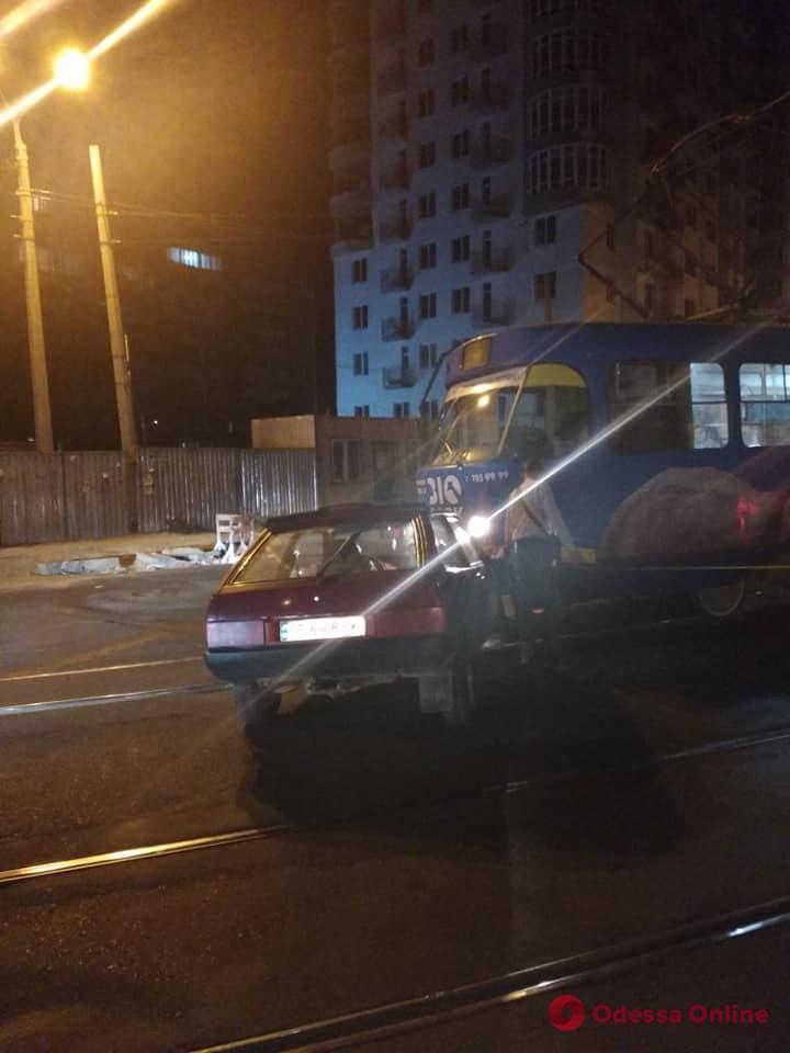 На Фонтанской дороге трамвай врезался в легковушку